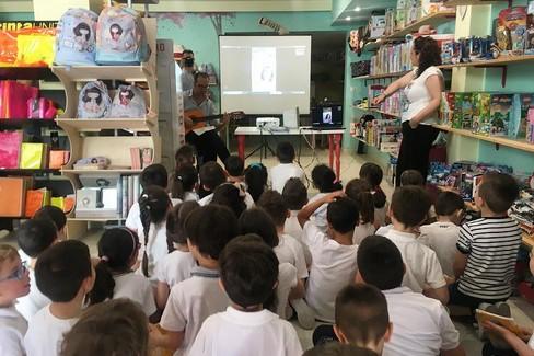 I bimbi durante il progetto in libreria