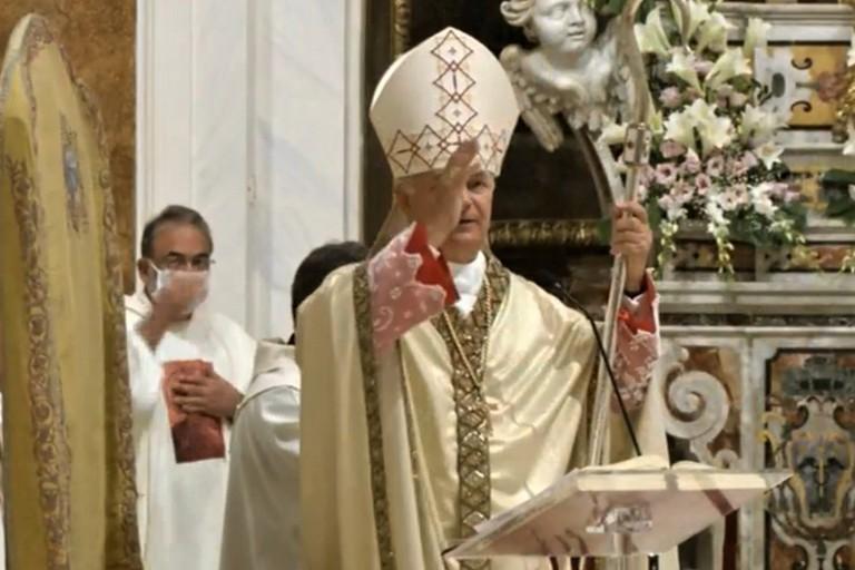 Mons. Cornacchia benedice i fedeli