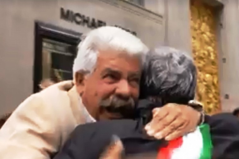 Nick Prudente abbraccia Michele Emiliano. <span>Foto Patrimonio Italiano TV</span>