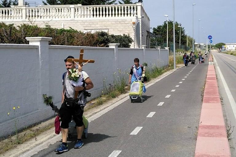 Pellegrini verso San Nicola