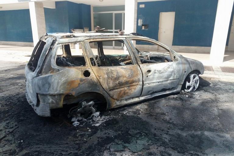 La Peugeot 206 incendiata in via Devenuto