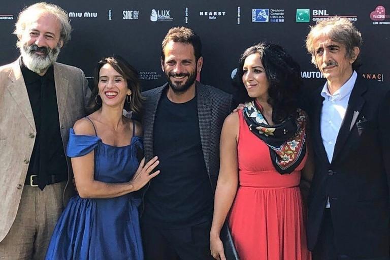 Il cast con il regista ed il produttore