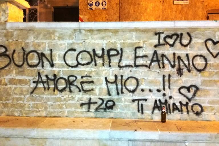 Scritte in piazza San Salvatore (Foto Gianluca Battista)