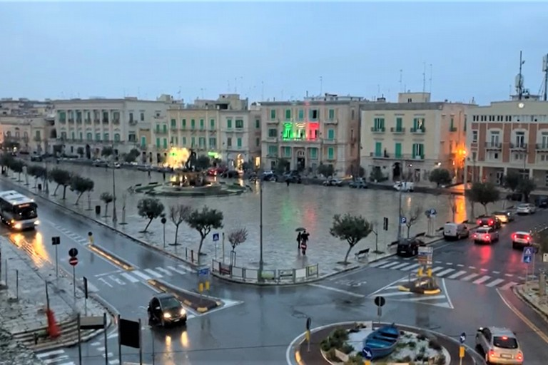 Piazza Vittorio Emanuele II col tricolore