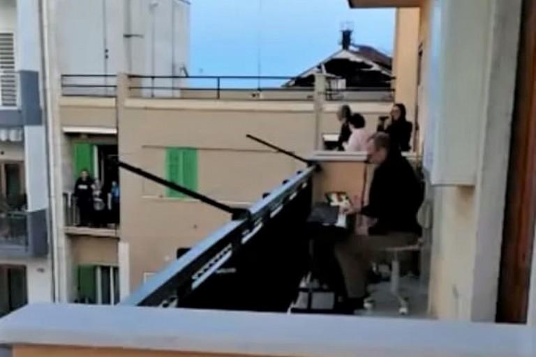 Felice Bologna alla tastiera sul balcone