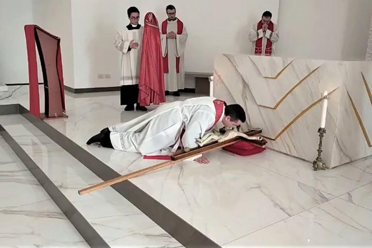 Don Pietro bacia il crocifisso