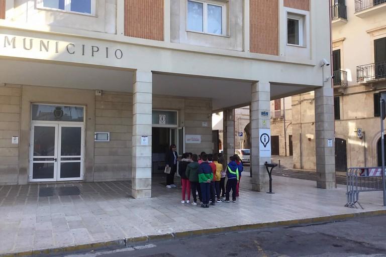 Gli alunni all'ingresso di Palazzo di Città