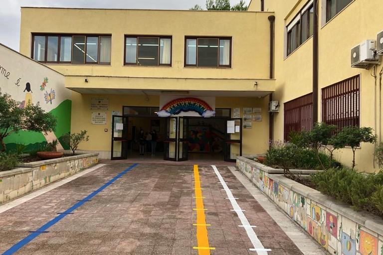 La segnaletica all'ingresso della scuola Don Saverio Bavaro