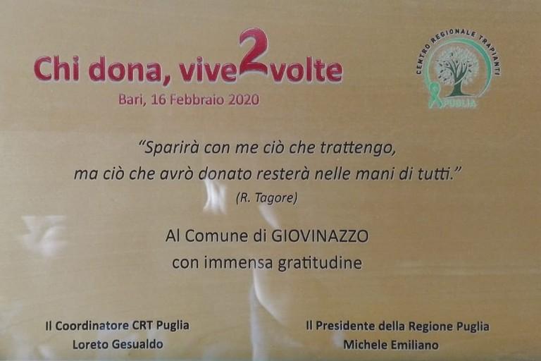 La targa ricevuta dal Comune di Giovinazzo. <span>Foto Ufficio Stampa Comune di Giovinazzo</span>