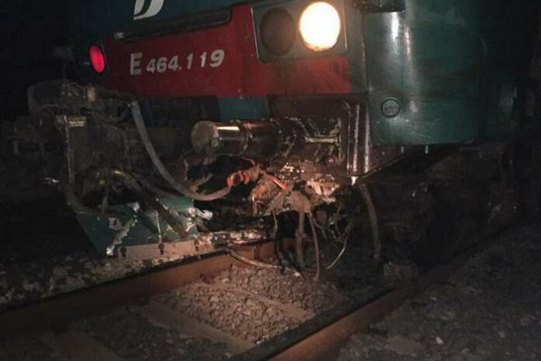 Il treno danneggiato a Giovinazzo